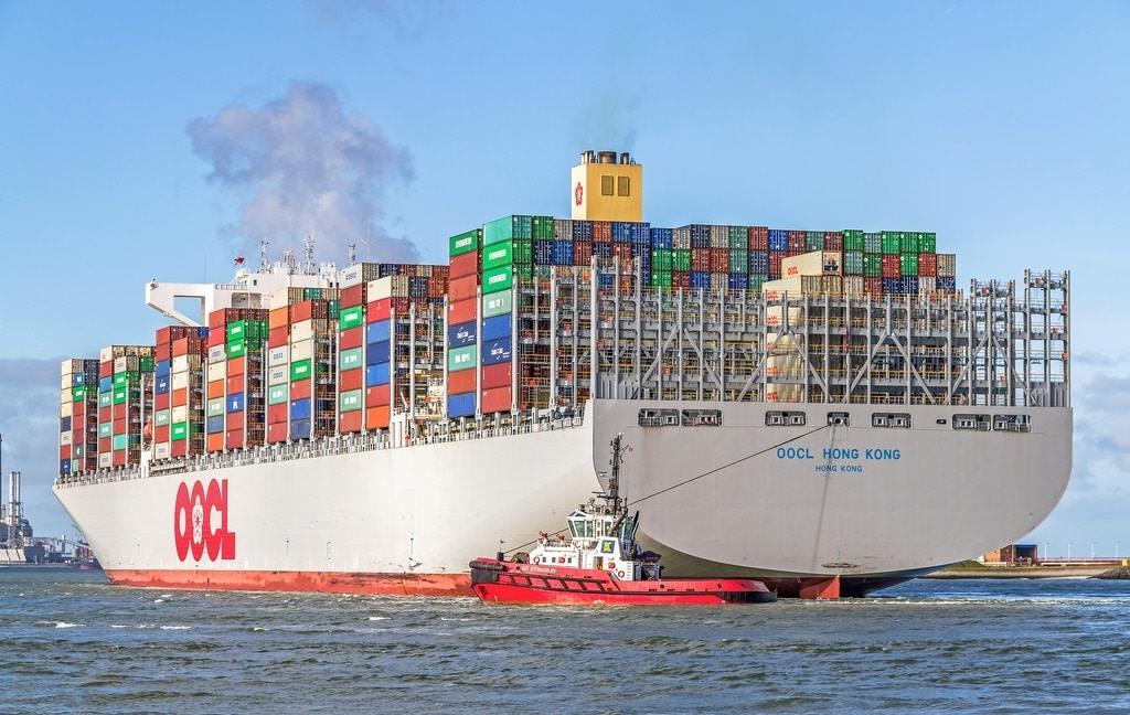 400 metre uzunluktaki dünyanın en büyük kargo gemisi olan OOCL Hong Kong, tek seferde 21.000 konteynır taşıyabilmektedir.